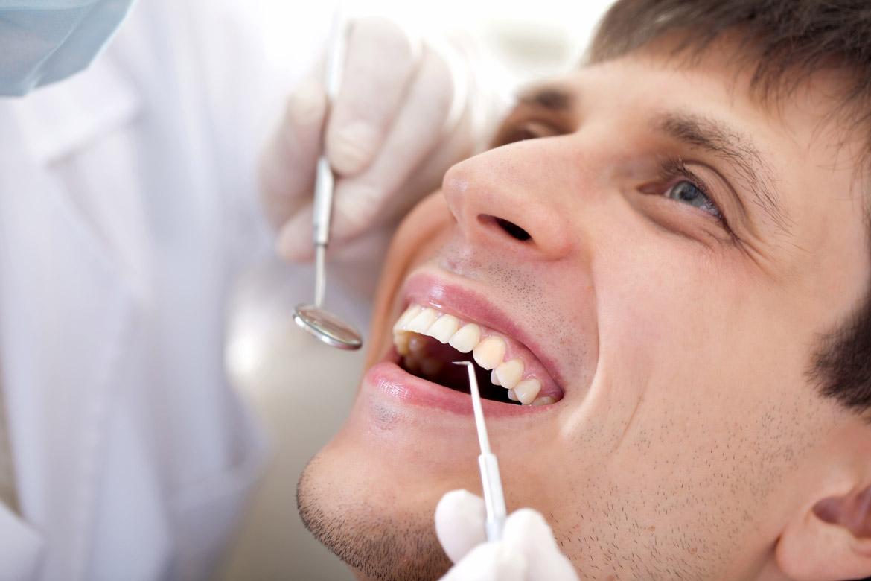 Белый налет на зубах с неприятным запахом